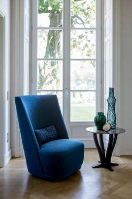 Vivien Poltrona Alta: Soggiorno in stile in stile Classico di Alberta Pacific Furniture
