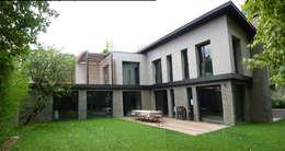 facade restructurée sur jardin: Maisons de style de style Moderne par L+R architecture