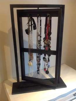 Présentoir pour sautoirs ou colliers: Chambre de style de style eclectique par L' Atelier Numéro 5