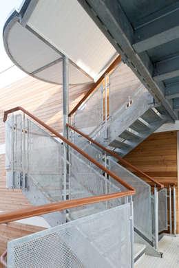 Casas de estilo industrial por Granit Architects