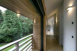 Pasillos y recibidores de estilo  por Nicolas Tye Architects