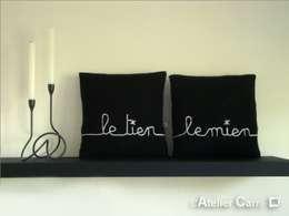 Coussin en tricot personnalisable: Chambre de style de style Moderne par L'Atelier Carré