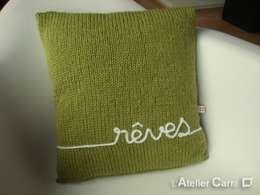 Coussin en tricot personnalisable: Salon de style de style eclectique par L'Atelier Carré