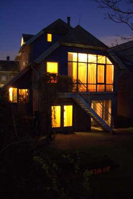 antroposofisch getint huis met wonen op de eerste bouwlaag: rustieke & brocante Huizen door mickers architectuur