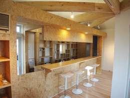 小さな白いカフェ: 祐建築設計室が手掛けたオフィススペース&店です。