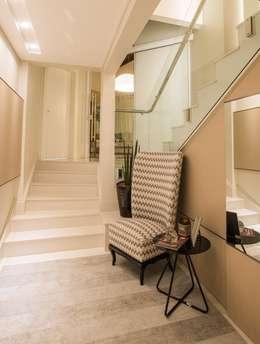 ESCADA/CIRCULAÇÃO: Corredores e halls de entrada  por Élcio Bianchini Projetos