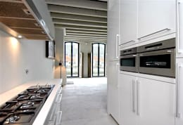 Loft in oude textielfabriek: minimalistische Keuken door Archivice Architektenburo