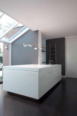 Keukens: minimalistische Keuken door Proest Interior