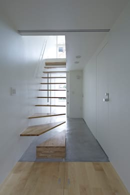 Pasillos y recibidores de estilo  por another APARTMENT LTD. / アナザーアパートメント
