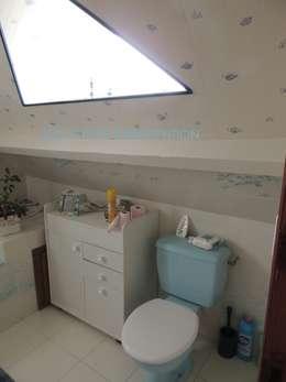 La salle de bain et toilettes avant transformation: Salle de bain de style de style Rustique par L'Autrement Déco