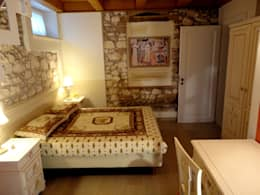 Camere da letto in stile rustico: muri in pietra a vista e ...