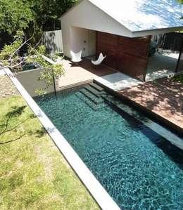 Pool im Zentrum der Aussengestaltung : moderner Pool von Paul Marie Creation
