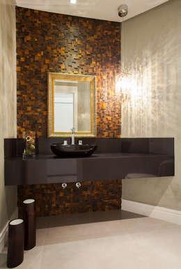 Baños de estilo ecléctico por Luine Ardigó Arquitetura