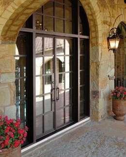 Puertas: Puertas y ventanas de estilo clásico por Gama Elite