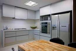 Residência T&L: Cozinhas  por Alessandra Contigli Arquitetura e Interiores