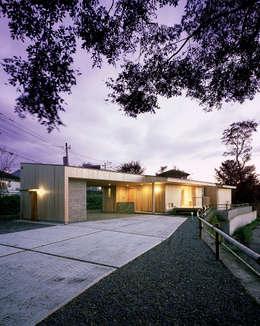北東側外観(夕景): ㈱ライフ建築設計事務所が手掛けた家です。