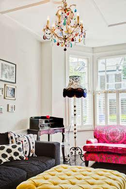 Honeybee Interiors: eklektik tarz tarz Oturma Odası
