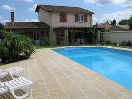 Plage de piscine en pierre de Bourgogne Lanvignes doré-clair: Murs & Sols de style de style eclectique par Ateliers Pierre de Bourgogne