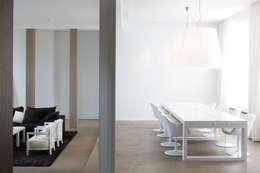 Projekty,  Jadalnia zaprojektowane przez GUILLAUME DA SILVA ARCHITECTURE INTERIEURE