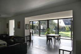 ENGAWA Extension en milieu pavillonnaire: Salle à manger de style de style Minimaliste par ONZIEME ETAGE SARL d'architecture
