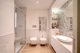 Baños de estilo moderno por MOB ARCHITECTS