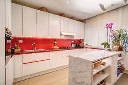 Cocinas de estilo moderno por MOB ARCHITECTS