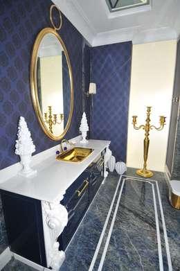 łazienka dla gości pasująca do ich granatowej sypialni ;-): styl , w kategorii Łazienka zaprojektowany przez livinghome wnętrza Katarzyna Sybilska