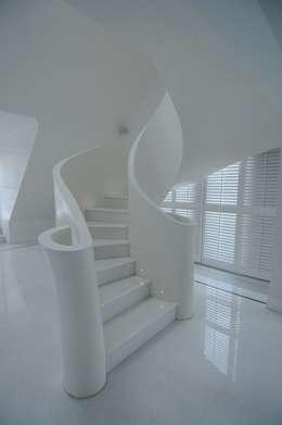 eclectische Gang, hal & trappenhuis door livinghome wnętrza Katarzyna Sybilska