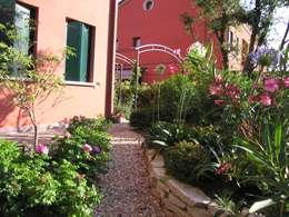 Jardines de estilo rústico por giardini di lucrezia