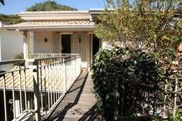 Passarela para Quartos: Casas coloniais por Ornella Lenci Arquitetura