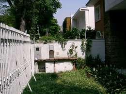 Jardim Frontal ANTES:   por Ornella Lenci Arquitetura
