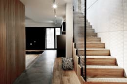 Pasillos y recibidores de estilo  por Konrad Muraszkiewicz Pracownia Architektoniczna