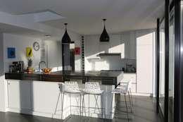 Cocinas de estilo minimalista por ONZIEME ETAGE SARL d'architecture