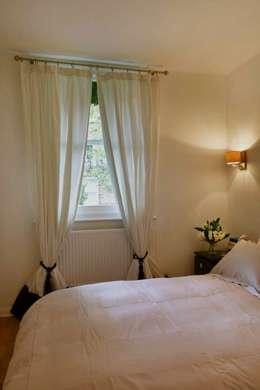 Bedroom: Camera da letto in stile in stile Moderno di gdp interiors