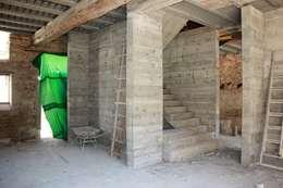 Escalier/cheminée/bibliothèque béton: Couloir et hall d'entrée de style  par 3B Architecture