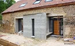 Façade d'entrée marquée par l'extension: Maisons de style de style Moderne par 3B Architecture