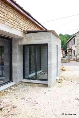 Extension avec vue sur cours: Maisons de style de style Moderne par 3B Architecture