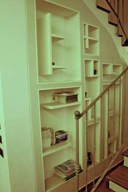 Vestíbulos, pasillos y escaleras de estilo  por Architetto Lawrence Flisi