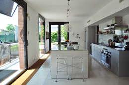 NEUTRO SU NEUTRO: Cucina in stile in stile Moderno di Emanuela Orlando Progettazione