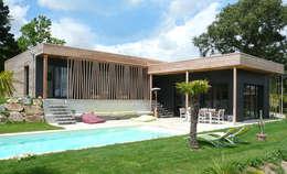 Vue générale sur la maison et la piscine: Maisons de style de style Moderne par Gilles Cornevin SARL