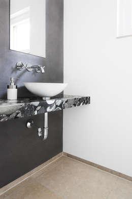 Haus K //  nahe Ingolstadt: minimalistische Badezimmer von Förstl Naturstein