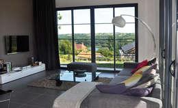 Le séjour avec vue sur la Loire: Salon de style de style Moderne par Gilles Cornevin SARL