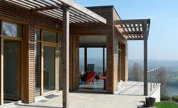 La terrasse avec vue sur la Loire: Maisons de style de style Moderne par Gilles Cornevin SARL