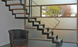 Détail de l'escalier et mur rideau: Couloir et hall d'entrée de style  par Gilles Cornevin SARL