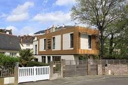 Volume et Lumière: Maisons de style de style Moderne par agence d'architecture FX Sourimant