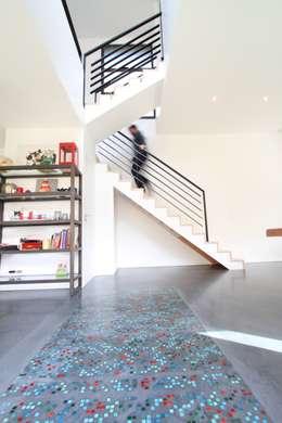 Volume et Lumière: Couloir et hall d'entrée de style  par agence d'architecture FX Sourimant