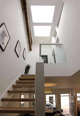 Projekty,  Korytarz, przedpokój zaprojektowane przez R+L Architect