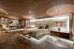 modern Bedroom by Riskalla & Mueller Arquitetura e Interiores