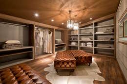 modern Dressing room by Riskalla & Mueller Arquitetura e Interiores