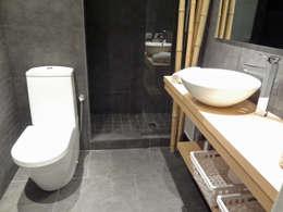 Baño: Baños de estilo moderno de davidMUSER building & design